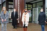 Das Dreierteam: Oberbürgermeister Dr. Thomas Spies begrüßte Silke Plessl im Gemeindeschwester-Team, die Sina Gattinger (l.) und Martina Heinzer (r.) wortwörtlich in ihrer Mitte aufnahmen.