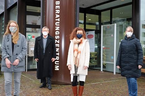 Das Dreierteam: Oberbürgermeister Dr. Thomas Spies begrüßte Silke Plessl im Gemeindeschwester-Team, die Sina Gattinger (l.) und Martina Heinzer (r.) wortwörtlich in ihrer Mitte aufnahmen.©Simone Batz, Stadt Marburg