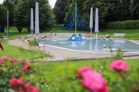 Das Freibad im AquaMar öffnet am Mittwoch wieder für Badegäste. Kinder und Jugendliche dürfen den gesamten Sommer kostenlos ins Freibad – allerdings ist eine Online-Reservierung notwendig.©Patricia Grähling, Stadt Marburg