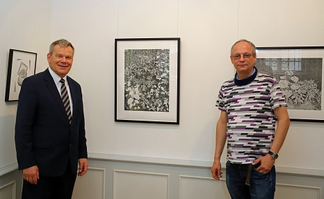 Oberbürgermeister Dr. Thomas Spies ließ sich von Philipp Hennevogl schon einmal vorab durch die Ausstellung führen.©Thomas Steinforth, Stadt Marburg