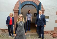 Freuen sich, die Ausstellung trotz Corona anbieten zu können: Oberbürgermeister Dr. Thomas Spies (rechts), Künstler Philipp Hennevogl (Mitte), Britta Sprengel, Leiterin der Sommerakademie (links) und Ariadne Hohndorf vom Fachdienst Kultur.©Thomas Steinforth, Stadt Marburg