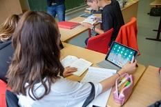 Das Tablet ersetzt nicht das klassische Buch, Block und Stift, sondern ergänzt diese und bietet neue Möglichkeiten für den Unterricht.©Stadt Marburg, Patricia Grähling