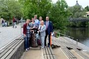 Müll gehört in die dafür vorgesehenen Behälter, damit Marburg sauber bleibt: Stadträtin Dr. Kerstin Weinbach (2. v. l.) wirbt gemeinsam mit Stadtverordnetenvorsteherin Marianne Wölk (3. v. l.), DBM-Betriebsleiter Jürgen Wiegand (r.) und den Mitarbeiterinn
