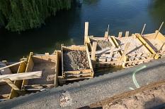 Wasserhaltung von oben: In die Lahn werden sogenannte Verbaukästen aus Holz eingesetzt und mit Lehm befüllt. So halten die Schwergewichte den Wassermassen stand.©Stadt Marburg, Patricia Grähling