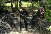 Defekte Wasserleitung auf dem Hauptfriedhof Marburg. Pflaster wurde für die Arbeiten entfernt und das Rohr freigelegt.