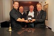 Felix Heinzmann (von links) nahm im Beisein von Ortsvorsteher Peter Aab und Andreas Steih-Winkler den Laiendefibrillator am neuen Standort, der Rezeption des Hotels Stümpelstal, entgegen.