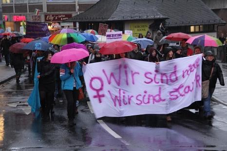 Mehr als 300 Menschen demonstrierten trotz Dauerregen in Marburg zum Internationalen Frauentag für Gleichberechtigung und Frauenrechte.©Stadt Marburg, i. A. Heiko Krause