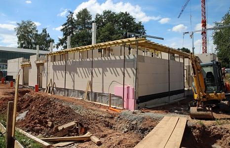 Der Bau der neuen Sporthalle für die Schule am Schwanhof schreitet voran.©Thomas Steinforth, Stadt Marburg