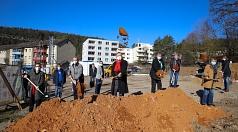Der Bau des Nachbarschaftszentrums im Waldtal startet jetzt: Oberbürgermeister Dr. Thomas Spies (Mitte), Bürgermeister Wieland Stötzel (4. v. r.), Stadträtin Kirsten Dinnebier (l.), Ortsvorsteher Gerhard Dziehel (2. v. l.) und Luitgard Lemmer (AKSB, r.) h