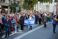 Der Demonstrationszug führte durch die Universitätsstraße vorbei am Garten des Gedenkens.©Simone Schwalm, Stadt Marburg