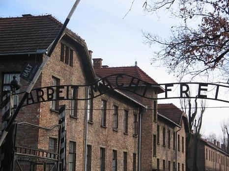 """Der Eingangsbereich zum Konzentrationslager Auschwitz mit der Aufschrift """"Arbeit macht frei"""".©Diana Nusko, vhs Marburg"""