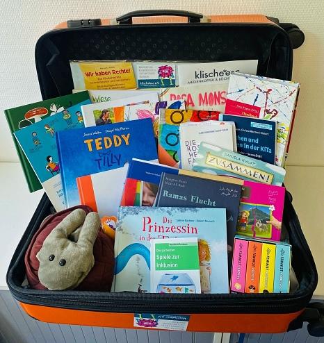 Der Medienkoffer beinhaltet 30 Kinderbücher, zehn Fachbücher, eine Handpuppe, ein Puzzle und ein Begleitheft.©Anna Diegler, Stadt Marburg