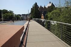 Der neue Steg an der Nordseite Richtung Mensa ist außen an die bestehende Brücke angesetzt und dient als neuer zweiter Gehweg zur Überquerung der Brücke.©Birgit Heimrich, Stadt Marburg