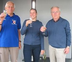 Heinrich Löwer empfängt die Fahrer des Bürgerbusses mit einem Glas Sekt©Bernd Weimer