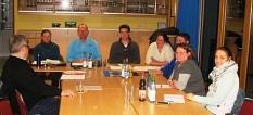 Der Vorstand des Fördervereins Kinder im Allnatal mit einigen Vereinsmitgliedern sitzt am Tisch©Bernd Weimer