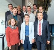 Oberbürgermeister Dr. Thomas Spies (vorne, rechts) und Landrätin Kirsten Fründt (vorne, Mitte) haben die Schirmherrschaft für den 1. Designtag übernommen. Gemeinsam mit den Kreativkollegen stellten sie das Programm vor.