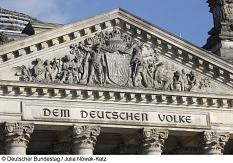 """Deutscher Bundestag, Reichstagsgebäude, Inschrift """"Dem deutschen Volke""""©Deutscher Bundestag / Julia Nowak-Katz"""
