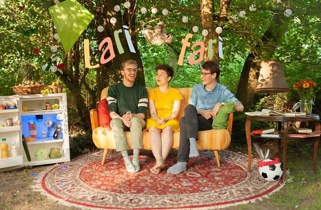 Die drei Freunde Jan, Eva und Henri sind die Band Larifari. Sie stimmen am 19. Februar in der Stadtbücherei auf Fasching ein.©Larifari