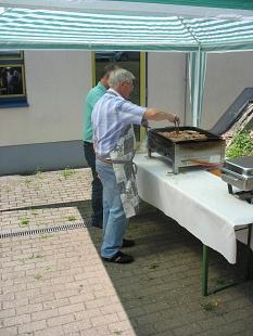 die Grillmeister vom AK Allnatal bereiten am Grill Steaks und Würstchen vor.©Bernd Weimer