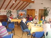 Die Gruppe an den Tischen beim Mittagessen