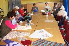 die Handarbeitsgruppe sitzt am großen Tisch und arbeitet©Bernd Weimer