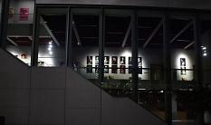 Die in der Galerie des Erwin-Piscator-Hauses ausgestellten Fotografien sind abends beleuchtet und können auch von außen besichtigt werden.©Stefanie Ingwersen, Stadt Marburg