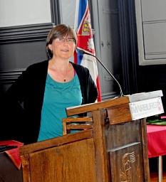 Die Journalistin und Aktivistin Jutta Sundermann hielt die Laudatio auf den Preisträger.©Heike Döhn, i.A.d. Stadt Marburg