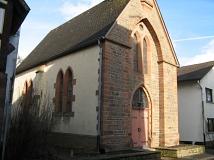 Die Kirche fügt sich in das Dorfbild ein