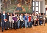 Die Nachwuchspolitikerinnen und -politiker aus beiden Partnerstädten vereint. Oberbürgermeister Egon Vaupel (links) freute sich über das Gastgeschenk aus Frankreich.