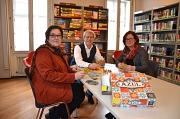 Stadträtin Kirsten Dinnebier (links), Fachdienstleiter Jürgen Hölzer und seine Stellvertreterin Cornelia Wiegand in der neuen Spiele-Ecke der Stadtbücherei.