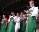 Die Poiteviner Delegation und Oberbürgermeister Egon Vaupel singen das Stadtlied©Universitätsstadt Marburg