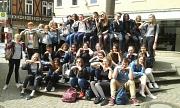 Die Schülerinnen und Schüler aus Poitiers und Marburg am Marktbrunnen
