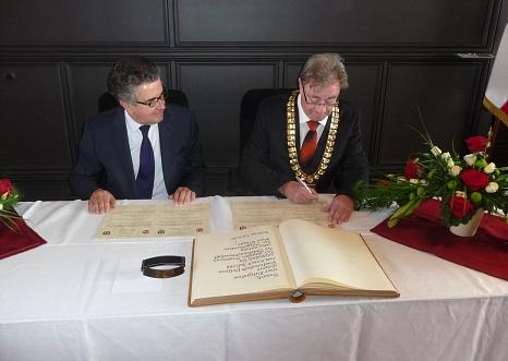 Die Unterzeichnung der Bekräftigung der Städtepartnerschaft©Universitätsstadt Marburg