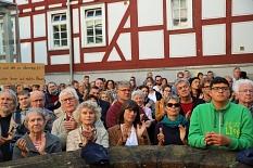 Die Zuhörer*innen stimmten den Redner*innen immer wieder mit Beifall zu.©Simone Schwalm, Stadt Marburg