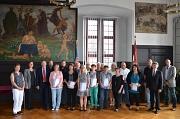 Oberbürgermeister Dr. Thomas Spies (3. v. l.), Bürgermeister Dr. Franz Kahle (2. v. r.) und Stadträtin Dr. Kerstin Weinbach (2. v. l.) ehrten die 14 langjährigen Beschäftigten der Stadt Marburg zu ihrem 25. und 40. Dienstjubiläum.