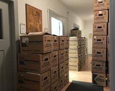 Einmal im Jahr ziehen alle Rechnungen eines Jahres vom Rechnungsprüfungsamt in Umzugskisten um in einen Archivraum. Insgesamt 40 laufende Regalmeter füllen die Aktenordner mit Papierrechnungen.©Dr. Karen Verbist, Stadt Marburg