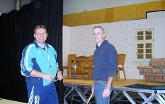 Dirk und Gerolg montieren den Vorhang©Bernd Weimer
