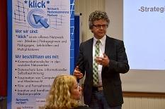 Dr. Franz Kahle vor dem RollUp vom Netzwerk *Klick*©Universitätsstadt Marburg