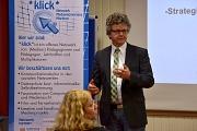 Dr. Franz Kahle vor dem RollUp vom Netzwerk *Klick*
