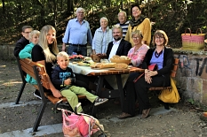 Zusammen mit Mitgliedern der Hansenhausgemeinde weihten Bürgermeister Wieland Stötzel (Mitte), Stadtverordnetenvorsitzende Marianne Wölk und Silvia Vignoli (rechts daneben) die neue Sitzkombination mit einem Frühstück ein.©Heiko Krause i.A.d. Stadt Marburg