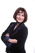 """Dr. Marlis Sewering-Wollanek hat für ihr herausragendes Engagement eine doppelte Würdigung erhalten: den Ehrentitel """"Stadtälteste"""" und den Ehrenbrief des Landes Hessen."""