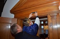 """Im Anschluss half der Oberbürgermeister einem Sternsinger beim traditionellen Anbringen der Segensformel """"20*C+M+B+16"""" über dem Portal des Magistratssitzungszimmers.©Tina Eppler, Stadt Marburg"""