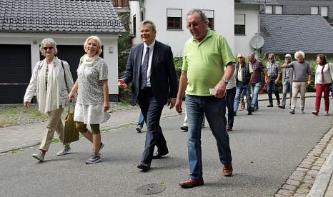 """Durch Weidenhausen und an der Lahn entlang ging es am Montag bei der Aktion """"3000 Schritte mit dem Oberbürgermeister"""".©Heiko Krause i.A.d. Stadt Marburg"""