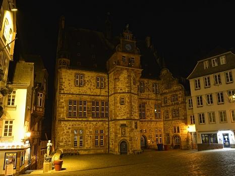 Für die Earth Hour wird die Sonderbeleuchtung des Rathauses, der Elisabethkirche und des Schlosses für eine Stunde ausgeschaltet.©Georg Kronenberg, Stadt Marburg