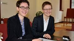 """""""Ja, ich will"""": Sophia Farnbauer (r.) und Jolanda Gräßel-Farnbauer (l.) sind am Donnerstag im Marburger Standesamt getraut worden."""
