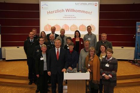 Oberbürgermeister Dr. Thomas Spies mit den zur Feierstunde gekommenen Ehrenamtlichen aus Marburg.©Landkreis Marburg-Biedenkopf