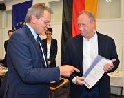 Michael Selinka (r.) nahm von Marburgs OB Dr. Thomas Spies (l.) die Urkunde als ehrenamtlicher Stadtrat entgegen.