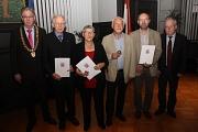 Zusammen mit Stadtverordnetenvorsteher Heinrich Löwer (rechts) ehrte Oberbürgermeister Egon Vaupel (von links) Prof. Dr. Hans Wilhelm Bohle, Ulrike Tadge, Ulrich Müller und Wilhelm Rommelspacher.