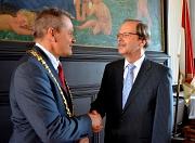 Oberbürgermeister Dr. Thomas Spies dankt Wolfgang Liprecht für 36 Jahre, in denen der scheidende Referatsleiter die Entwicklung der Stadt Marburg maßgeblich mitgeprägt hat.
