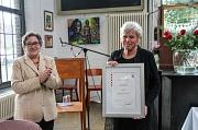 Stadträtin Kirsten Dinnebier (l.) überreichte im Auftrag des Landes Hessen die Ehrenurkunde für Kunst und Kultur an Brigitte Krey.
